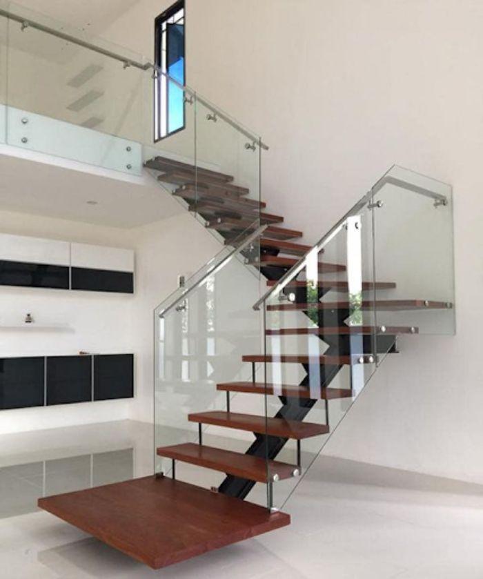 Cầu thang kính kiểu zigzag cho không gian nhà thoáng đãng