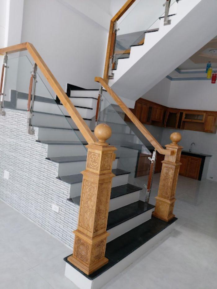 Trụ khiến cầu thang kính zigzag sang trọng hơn nhiều