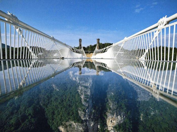 Cây cầu kính trên núi Thiên Môn