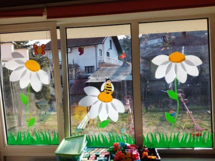 Mẫu trang trí hoa lên cửa kính chào mừng ngày Nhà Giáo