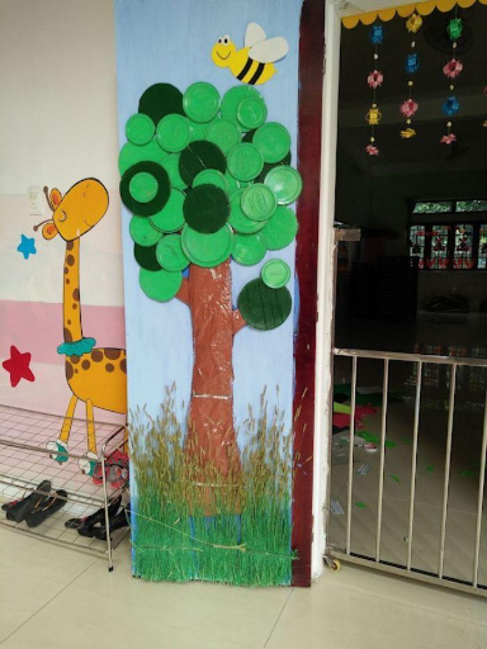 Mẫu trang trí cửa kính lớp học hình cái cây với vật tái chế