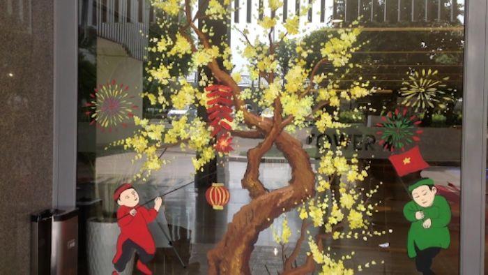Trang trí shop tưng bừng đón tết với phụ kiện hoa mai vàng