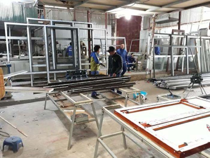 Nâng cao tay nghề sản xuất để quản lý xưởng nhôm kính